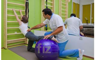 Специалист от център FIZ по време на кинезитерапия